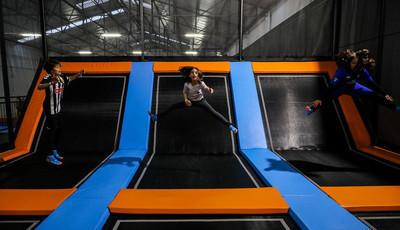 Saltar, rebolar e rir no Jumpers Trampolim Parque, no Porto