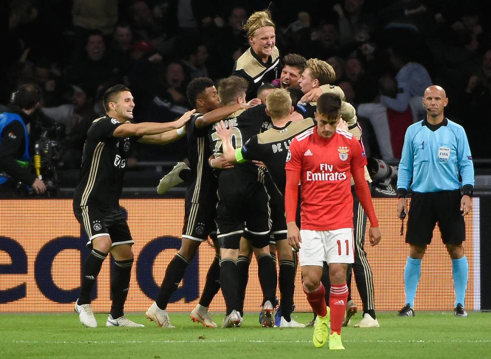 Benfica sai de Amesterdão com uma derrota ao cair do pano