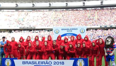 """""""La Casa de Papel"""": equipa de futebol entra em campo com fatos de assaltantes"""