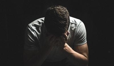 Sinais a que deve estar atento para prevenir o suicídio