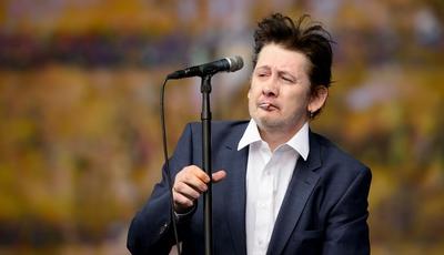 Homenagem a Shane MacGowan: Johnny Depp e Nick Cave cantam os parabéns ao ex-vocalista dos Pogues