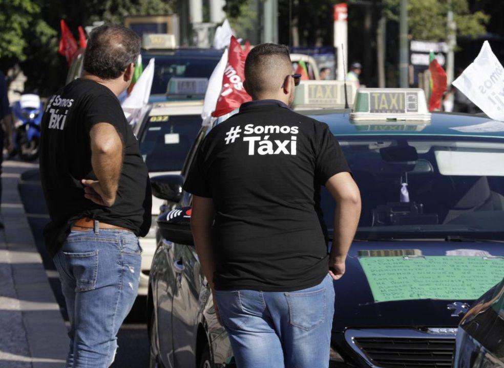 """""""Não vamos sair daqui"""". Taxistas esperam que """"lei da Uber"""" chegue ao Tribunal Constitucional"""