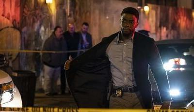 """21 Pontes"". Chadwick Boseman bloqueia Manhattan num ""thriller"" oco e banal"