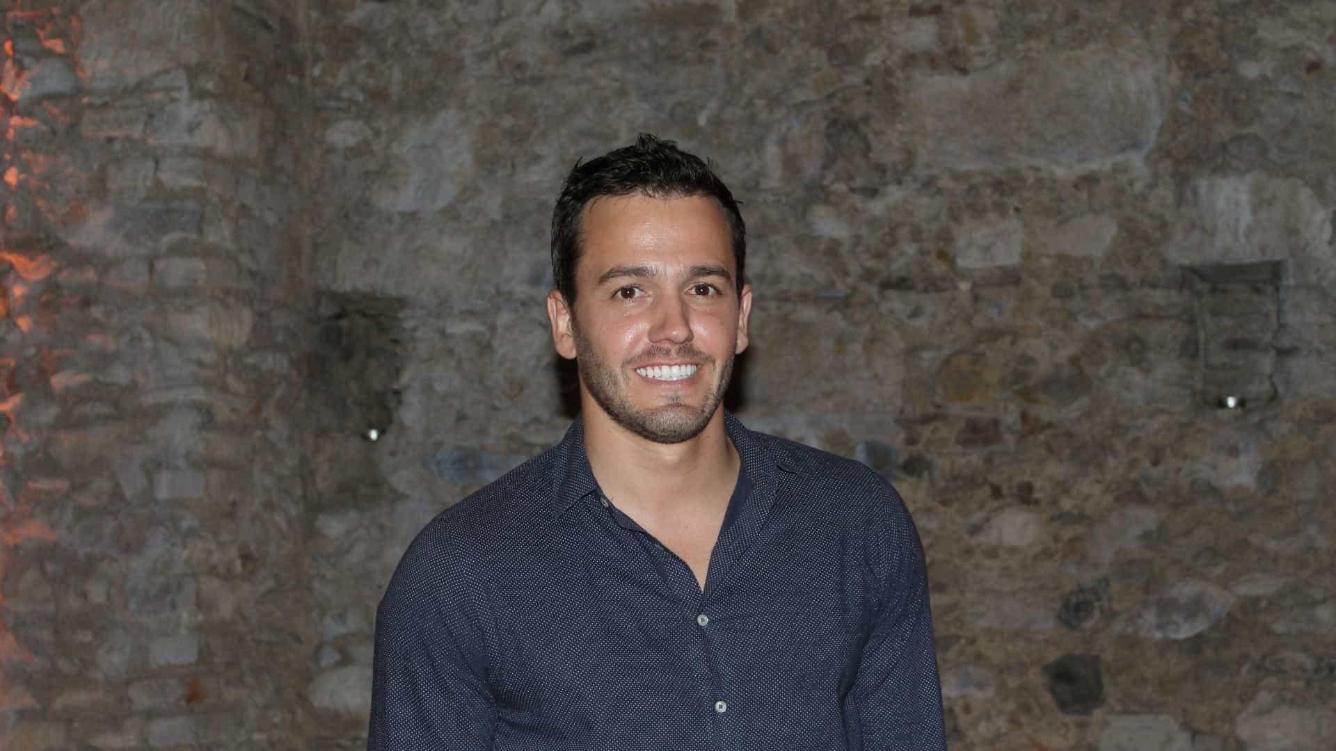 Pedro Teixeira surpreende ex-concorrente e paga batizado da filha