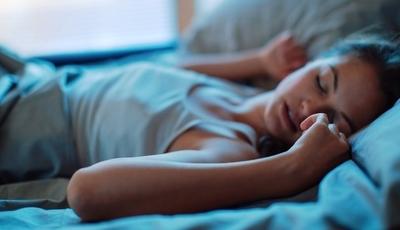 """Síndrome das Pernas Inquietas: Doença causa """"alfinetadas"""" a noite inteira e não tem cura"""