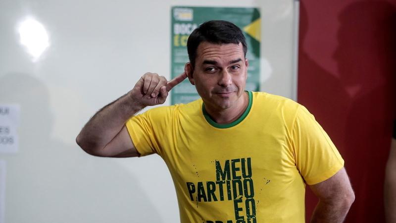 Filho de Bolsonaro diz que movimentações suspeitas são de compra e venda de apartamento