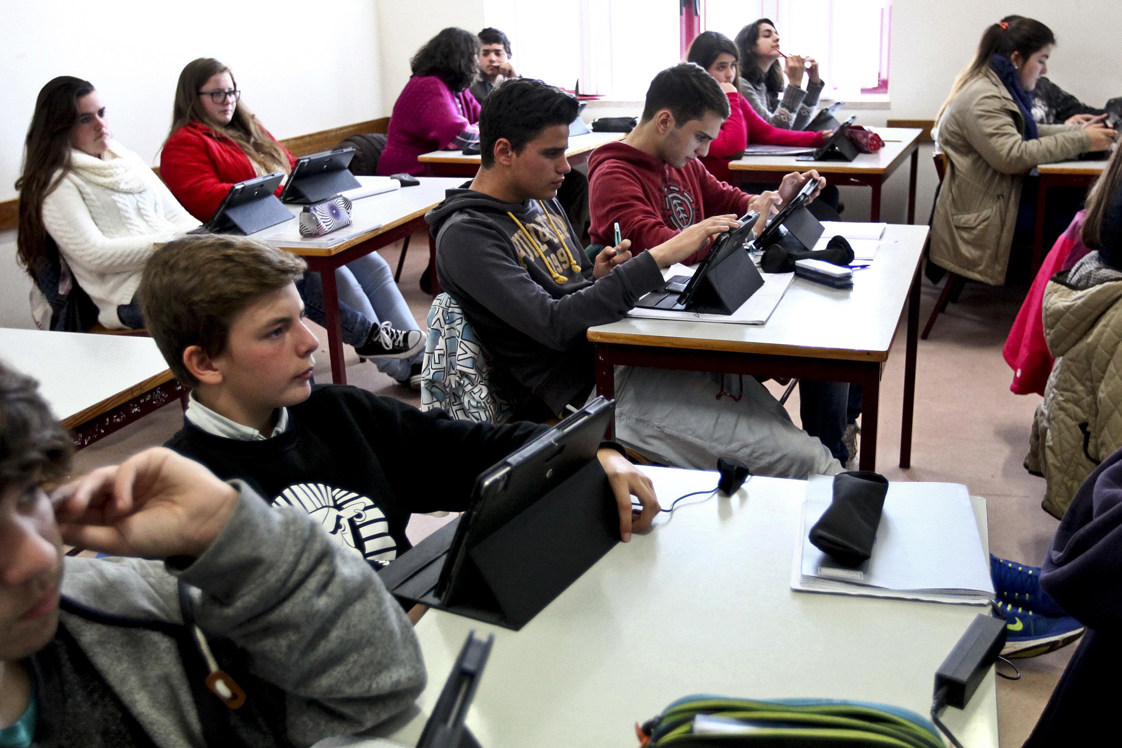 COVID-19: Ministério da Educação ausculta comunidade escolar para decidir 3.º período
