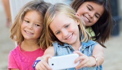 Mundo: com que idade é que os miúdos têm o primeiro telemóvel?