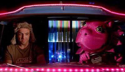 Refrigerantes, romance e uma dinossaura cor-de-rosa: Como cabe tudo no mesmo filme?