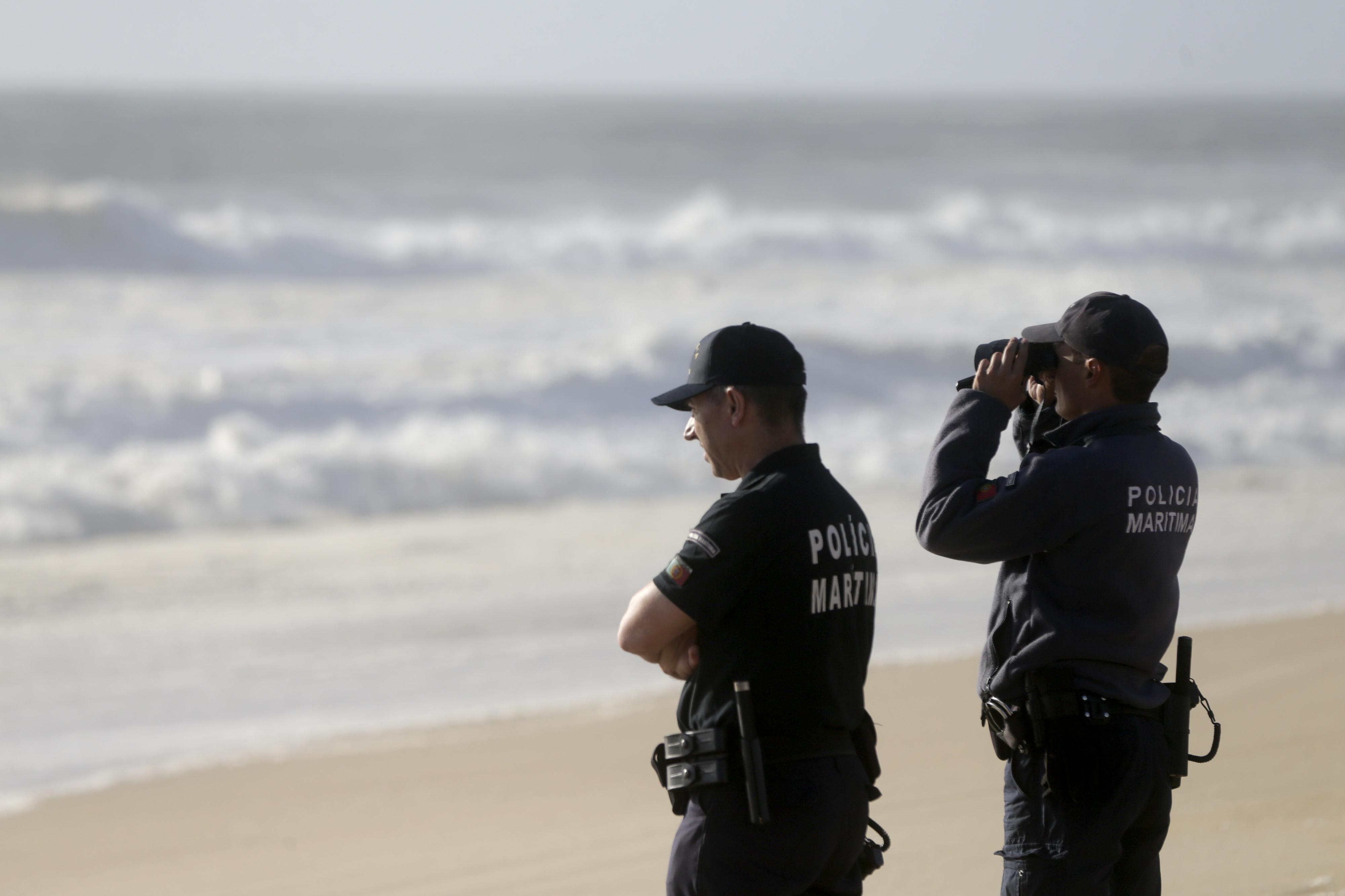 Praia em Ponta Delgada mantém-se interditada depois de mina ter dado à costa