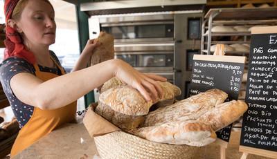 Com massa-mãe e sem fermentos químicos, assim se faz o pão na Terrapão, no Mercado de Arroios