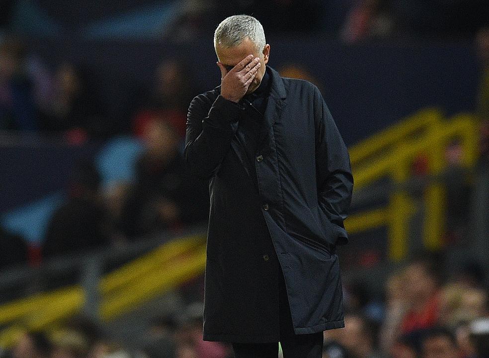 Oficial: Mourinho despedido do Manchester United