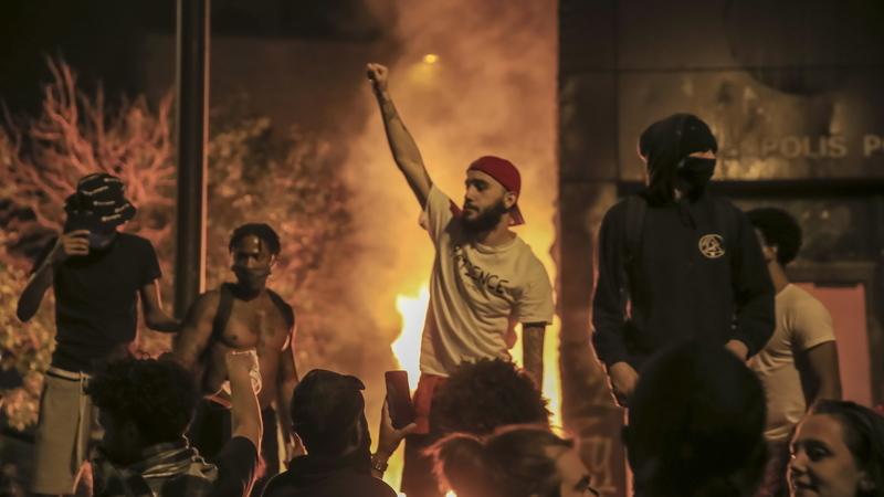EUA: Manifestantes incendeiam esquadra em protesto contra a morte de George Floyd