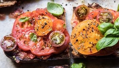 Tostas de alho com manchego, tomate e manjericão