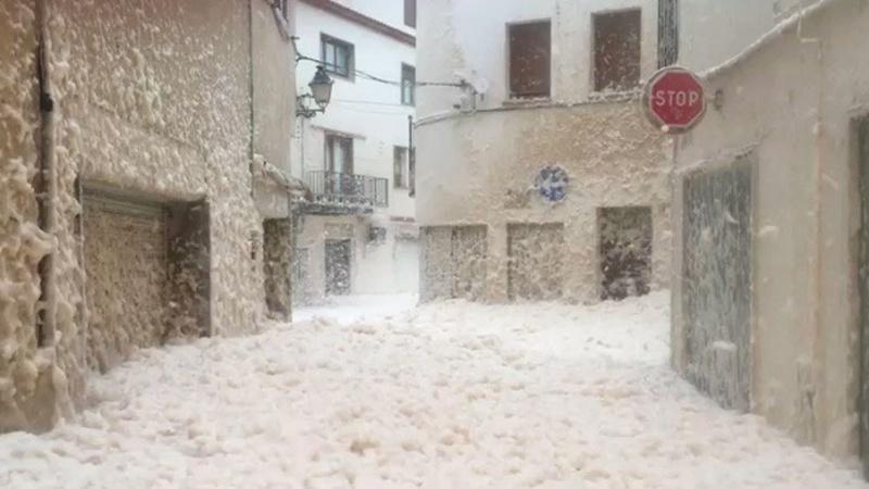 Tempestade Glória: Imagens no Twitter mostram maré de espuma a inundar cidade espanhola