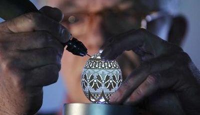 Franc Grom, o homem que transforma a casca de ovo em arte