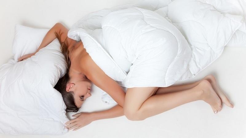 As vantagens de dormir sem roupa