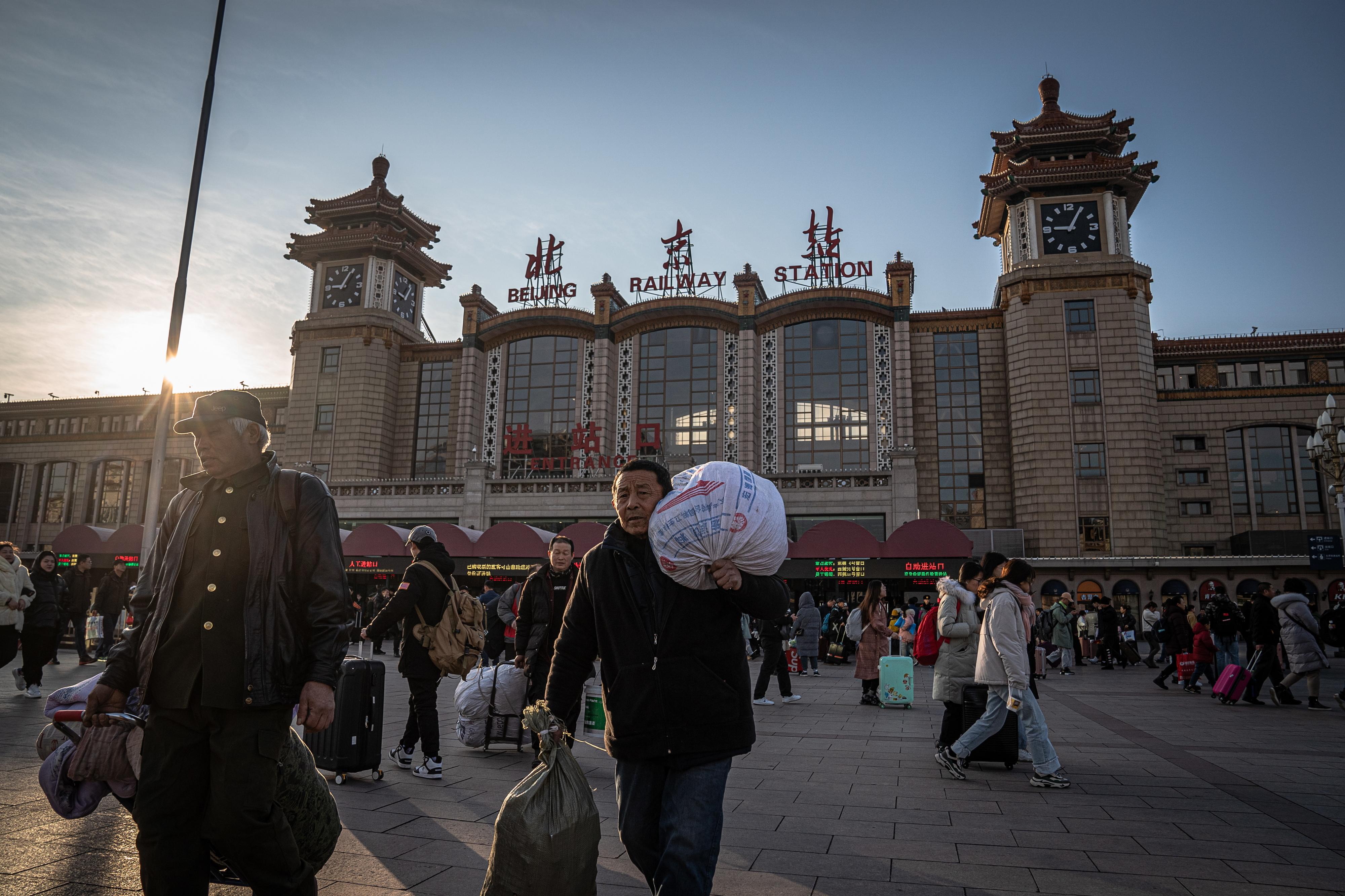 """""""Não podia faltar"""". Chineses estão a caminho de casa para celebrar Ano Novo Lunar. Esta é a maior migração humana do planeta"""