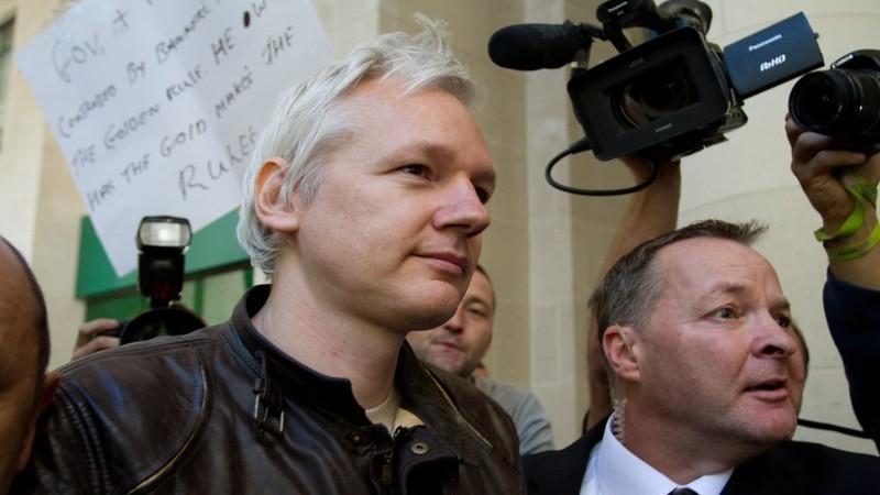 """EUA querem extradição de Julian Assange por razões """"puramente políticas"""", acusam advogados"""