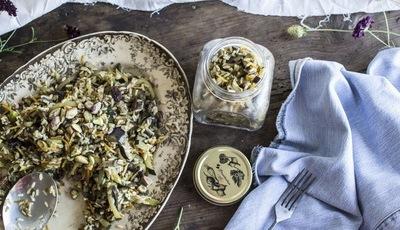 Salada de arroz integral com legumes e pistácios