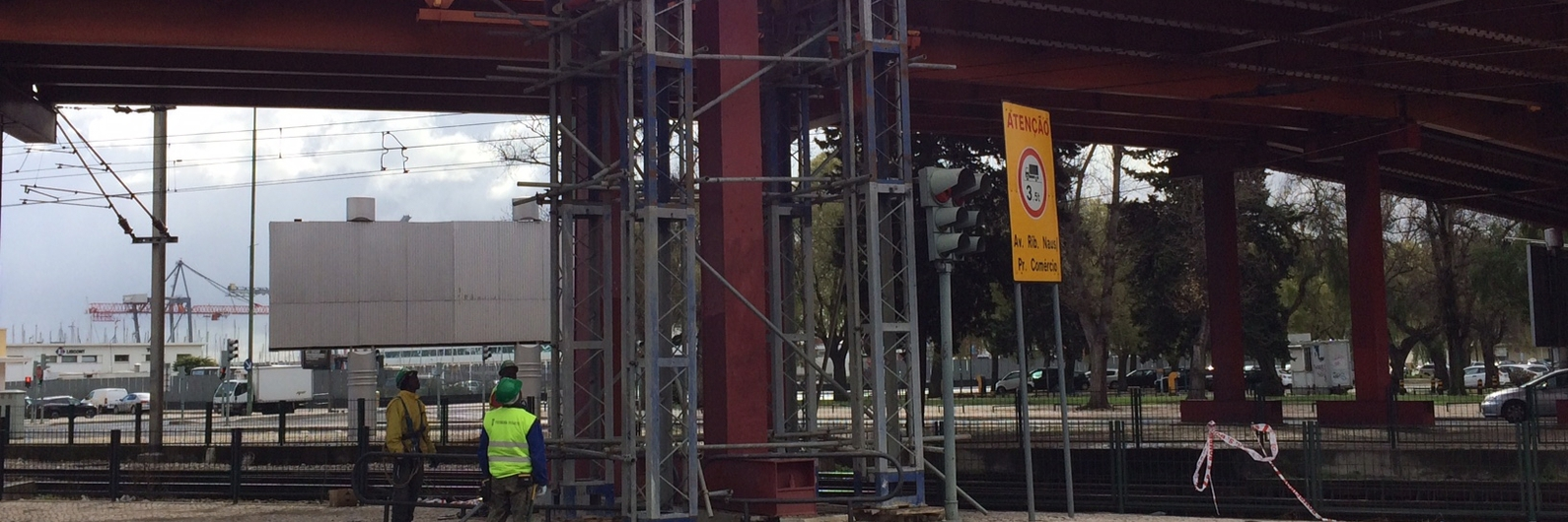 Sinal amarelo em Alcântara. Há novas reparações no viaduto