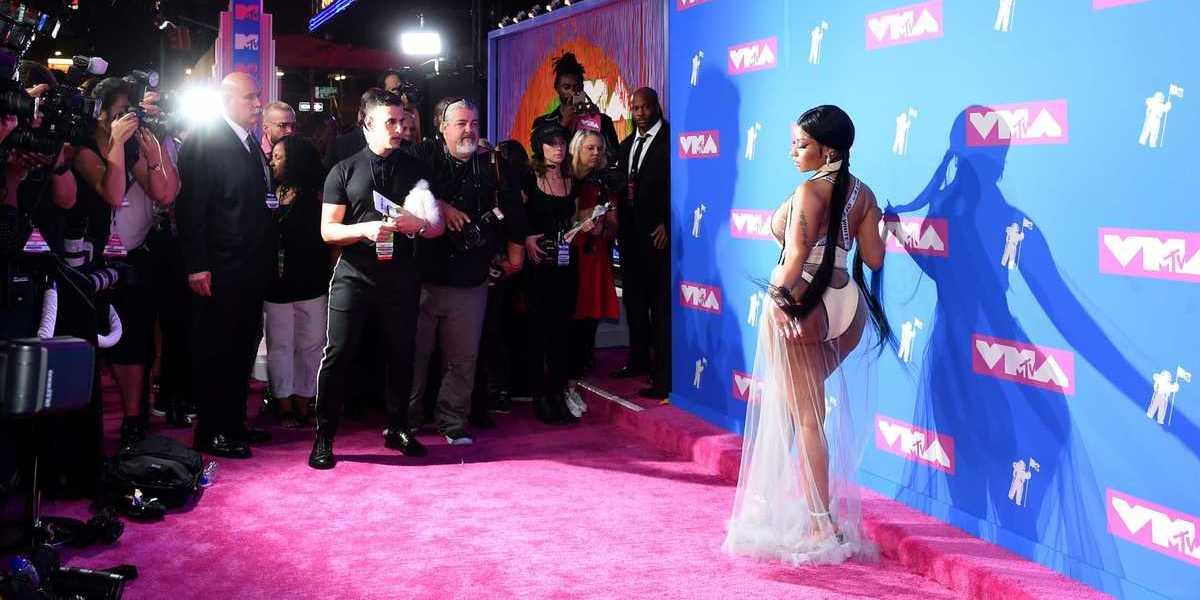 Cabelo até ao joelho e transparências: Look de Nicki Minaj dá que falar