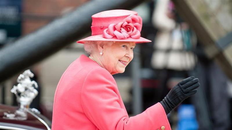 Insólito: Isabel II denunciada à polícia por não utilizar cinto