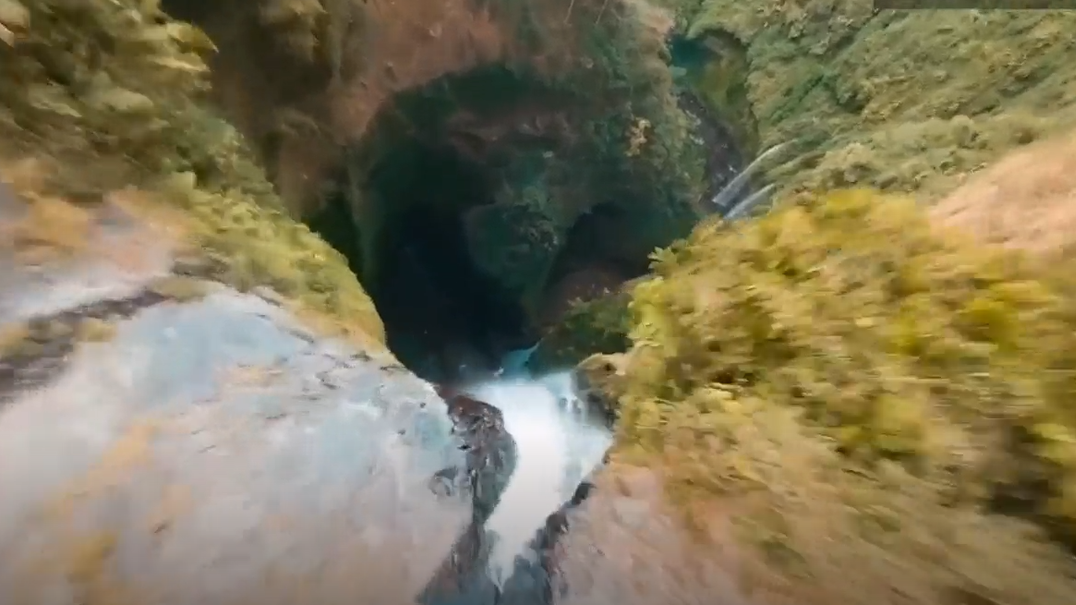 Cascata na Indonésia filmada de perspectiva espetacular por drone