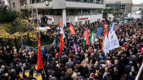 Turquia. Jornalistas detidos por revelarem envio de armamento para rebeldes sírios