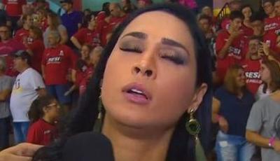 Viral: jogadora de voleibol desmaia em direto durante entrevista em programa de TV