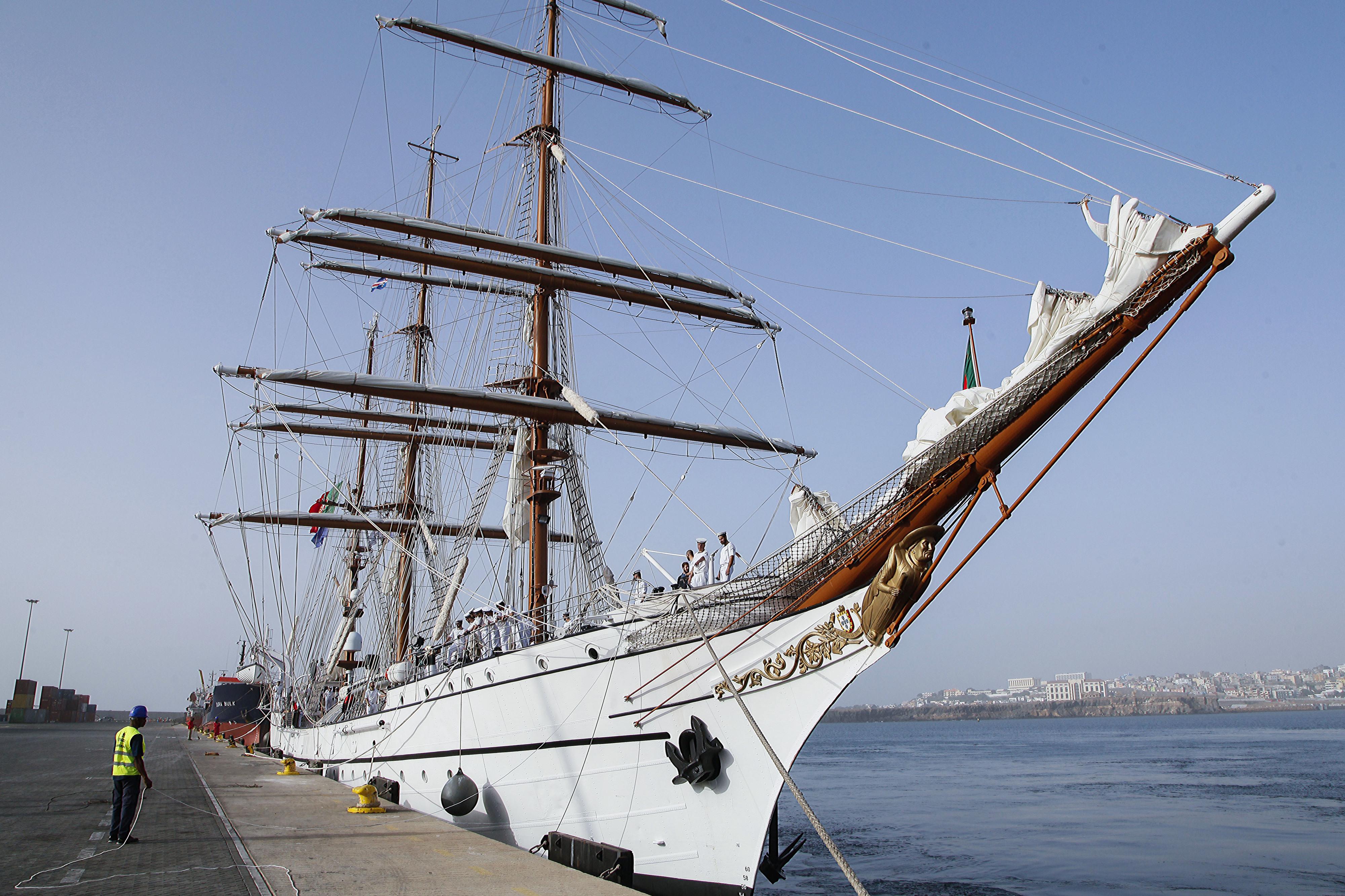 Navio-escola Sagres chega a Cabo Verde a navegar só com vela e com vinho para amadurecer a bordo
