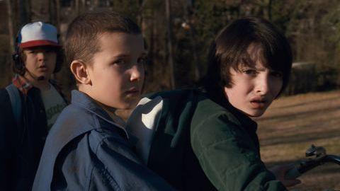 """Eleven, Dustin e Mike de """"Stranger Things"""": Eles também nasceram para a música"""