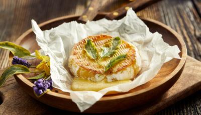 Camembert tostado com ervas aromáticas e mel