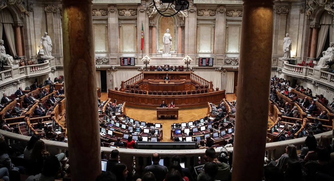 Comissões cobradas pelos bancos vão hoje a discussão no parlamento. Saiba o que propõem os partidos
