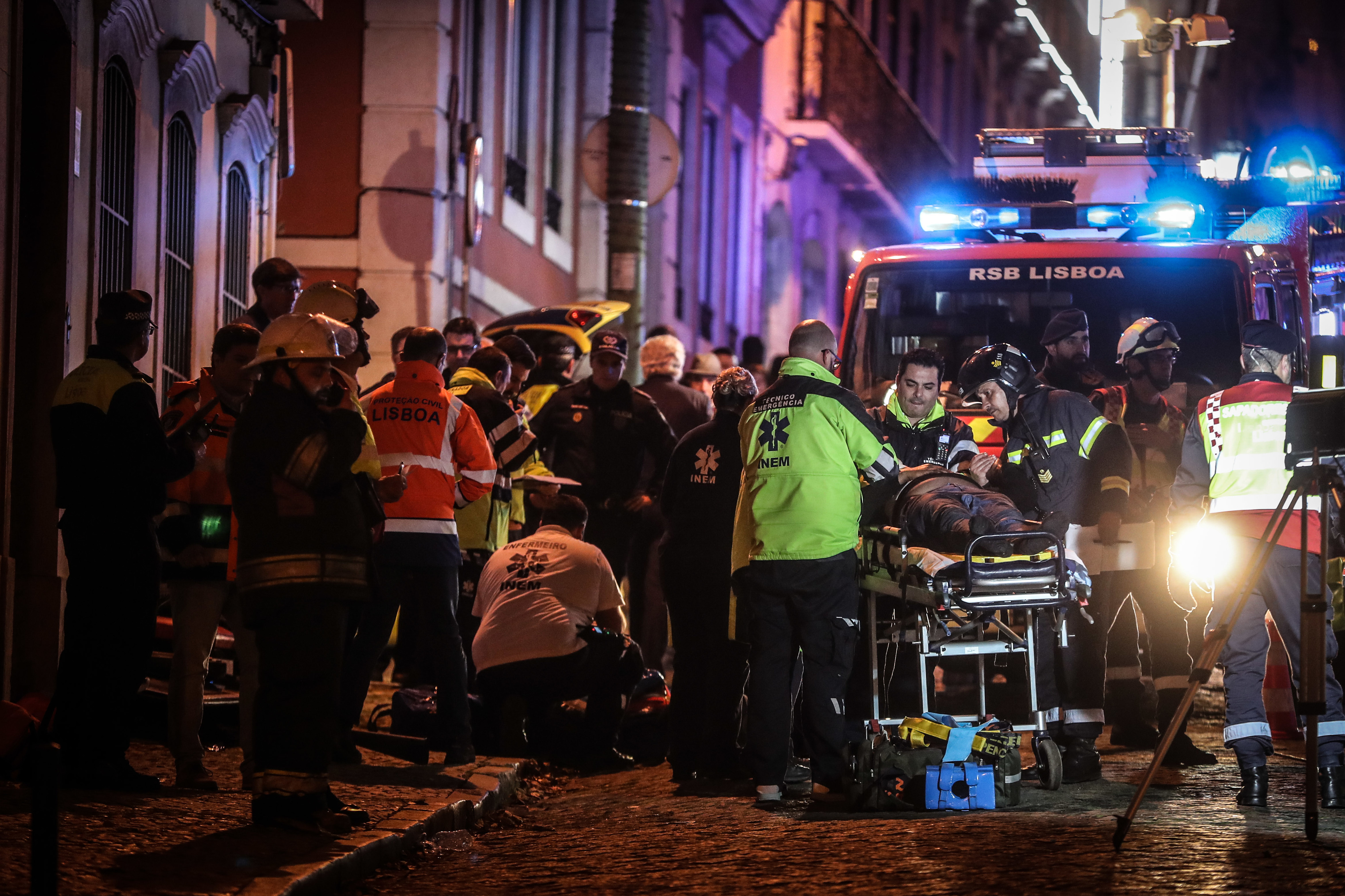"""Carris vai abrir """"inquérito minucioso"""" a acidente com elétrico que causou 28 feridos"""