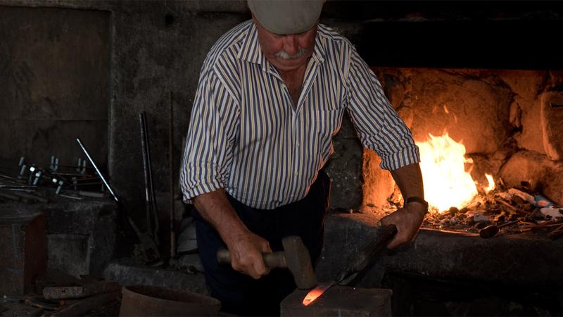 A arte de Mateus Miragaia - o único ferreiro em Portugal que ainda faz tesouras para tosquia