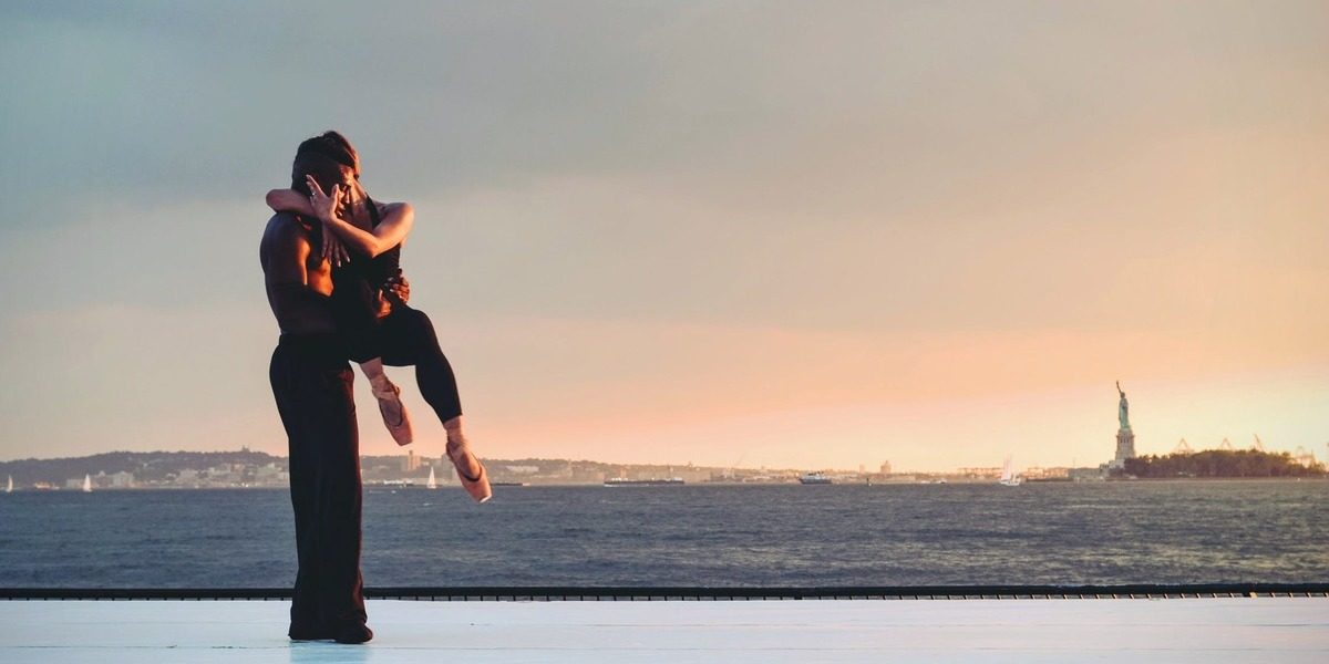 Esta agência de viagens leva os clientes a conhecer o mundo enquanto dançam