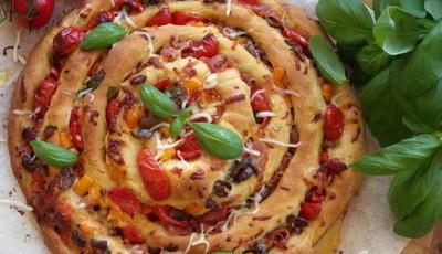 Piza caracol de tomate e presunto