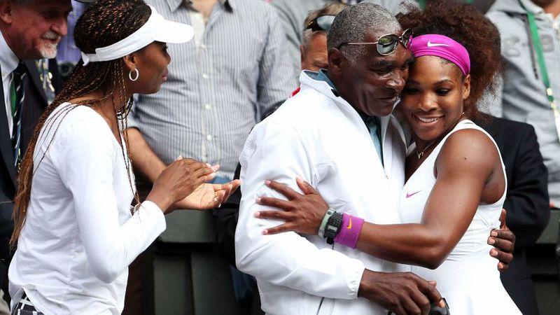 Grávida, Serena Williams apoia o pai em divórcio litigioso
