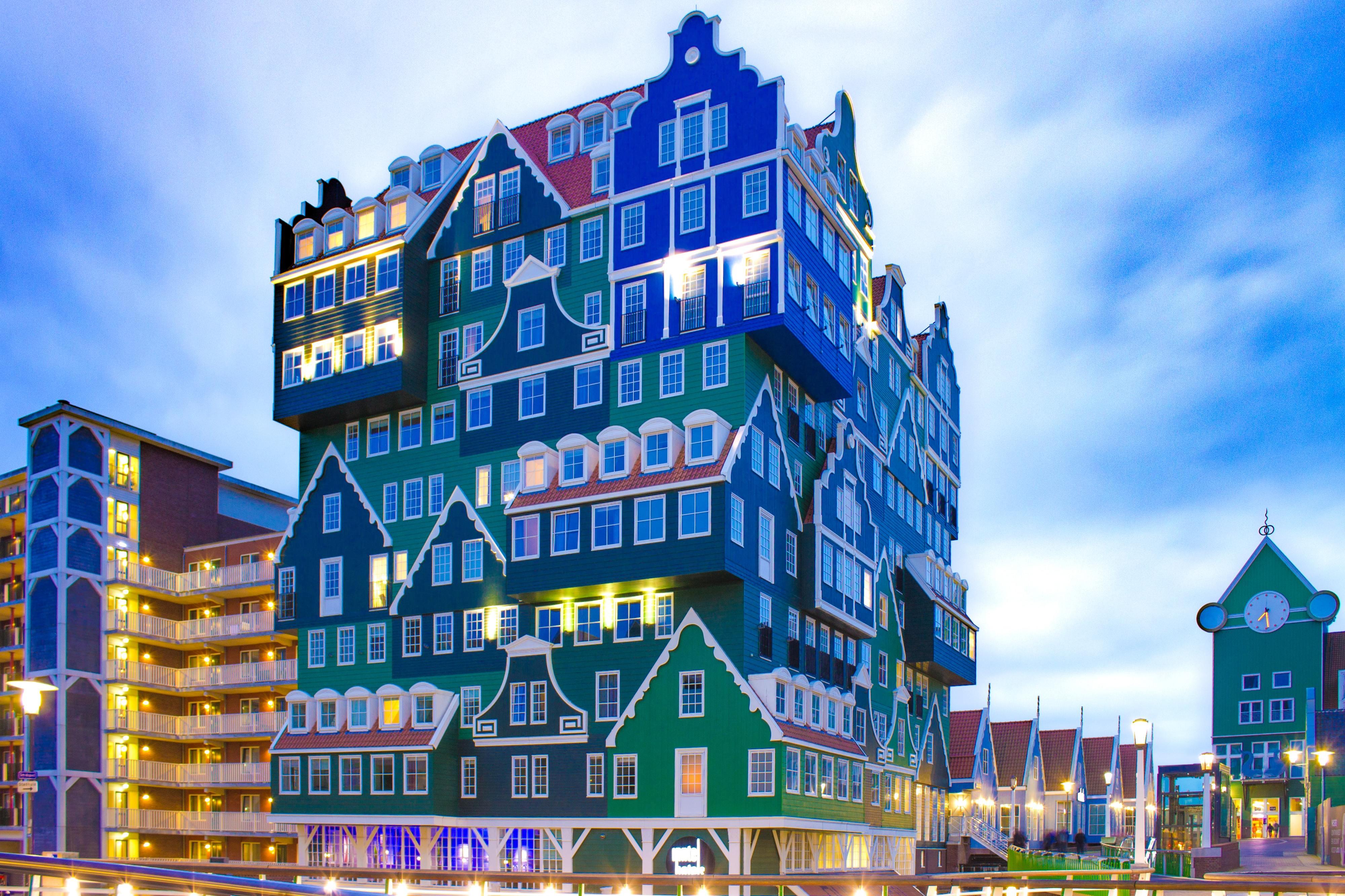Este hotel é composto por 70 casas verdes e uma casa azul