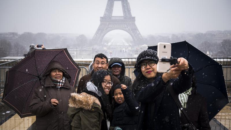 Paris: Tempestade de neve fecha Torre Eiffel