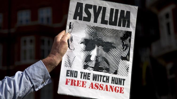 Julian Assange nega ter pedido asilo a França