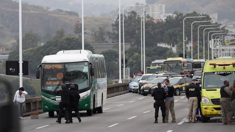 Homem armado com pistola de brincar sequestrou autocarro no Rio de Janeiro durante mais de três horas. Foi abatido pela polícia