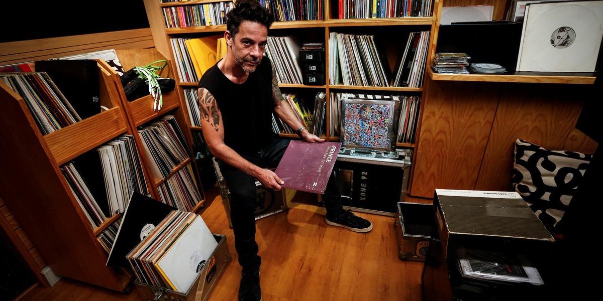 """DJ Vibe celebra 35 anos a """"jogar com os discos"""": """"Arriscava imensa coisa que mais ninguém tocava"""""""