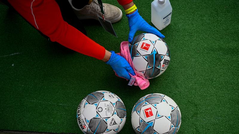 Máscaras nos bancos, desinfeção de bolas e silêncio ensurdecedor. Quais são as regras para o reinício da I Liga?
