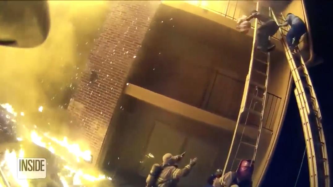 Bombeiro apanha criança lançada de prédio em chamas