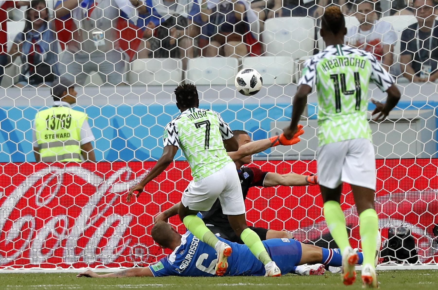 Nigéria bate Islândia e dá esperanças a Argentina. Reforço do Benfica fez penálti mas Sigurdsson falhou