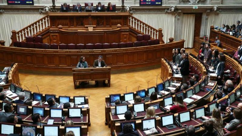 Parlamento gasta 45 mil euros em cadeiras, tratamento de roupa e limpeza a seco