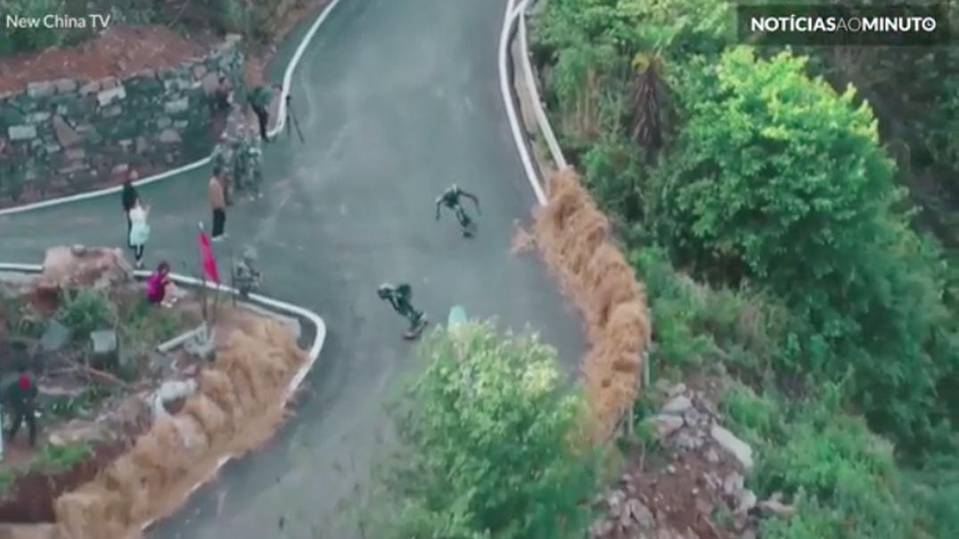 Longboarders descem a 130km/h encosta perigosa na China