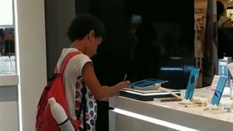 Brasil. Guilherme emocionou a Internet após ser filmado a estudar em loja porque não tinha computador em casa
